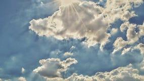 Solsken och blå himmel Fotografering för Bildbyråer