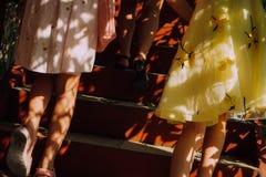 Solsken och flickor arkivfoto