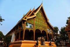 Solsken på dörr av den forntida templet på ett historiskt ställe av Luang Prabang fotografering för bildbyråer