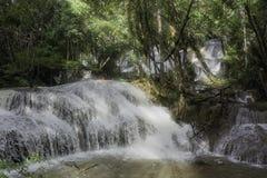 Solsken på den härliga vattenfallet Fotografering för Bildbyråer