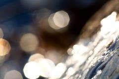 Solsken på den icy rocken arkivfoton