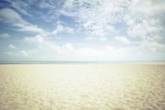 Solsken på den tomma stranden Arkivbild