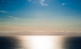 Solsken på det tomma havet med molnlagret och färgrik himmel Arkivfoto