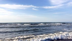 Solsken på havsvågor arkivfilmer