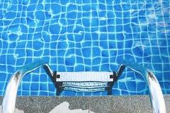 Solsken på simbassäng royaltyfria foton
