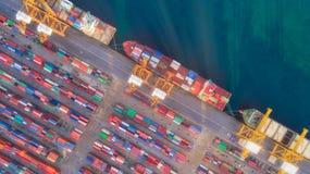 Solsken till behållareskeppet och lager från havsport för sändning för leveransbehållare Passande bruk för transport eller import royaltyfri fotografi