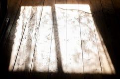 Solsken till och med fönstren i hallet Royaltyfri Fotografi
