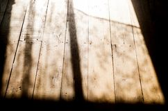 Solsken till och med fönstren i hallet Royaltyfri Bild