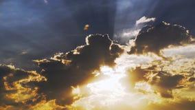 Solsken till och med moln på himmel stock video