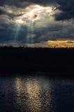 Solsken till och med stormmoln royaltyfri fotografi