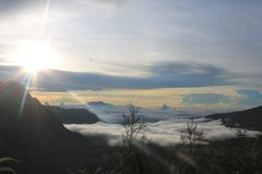 Solsken Volcano Mount Bromo, östliga Java Indonesia arkivfoto