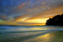 Solskenet seglar utmed kusten, Australien arkivfoton