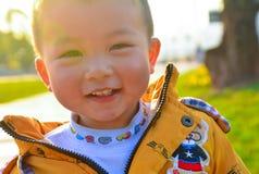 Solskenpojke fotografering för bildbyråer