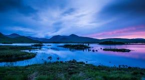 Solstånd på Lochan na-h-achlaise fotografering för bildbyråer