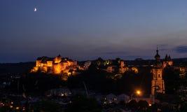Solståndmåne över den Burghausen slotten Arkivbilder