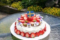 Solståndtårta med svenska jordgubbar Arkivfoto