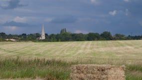 Solstice d'été, église dans les longues journées de forêt et temps chaud ensoleillé en Angleterre 3 photographie stock libre de droits
