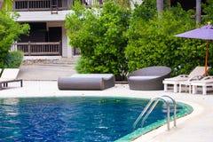 Solstol eller sunbath n?ra privat simbass?ng med solparaplyet och exotiska v?xter arbeta i tr?dg?rden, semestrar och semestrar be arkivfoton