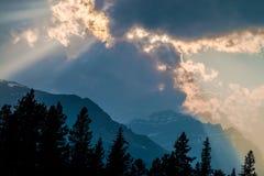 Solstrålar över de steniga bergen Arkivfoton
