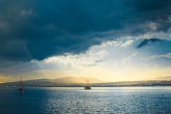 Solstrålar över havet, pittoreskt landskap Gelendzhik, Ryssland arkivfoton