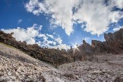 Solstrålar för Dolomitebergkedja Arkivbilder