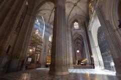 Solstrålar i Catedral de Sevilla, Spanien Arkivbilder