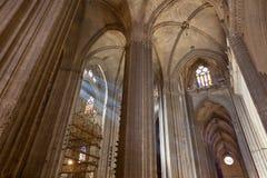 Solstrålar i Catedral de Sevilla, Spanien Royaltyfri Fotografi