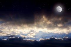 Solstrålar i natten Arkivbild