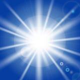 Solstrålar och ljusa effekter på blå himmel vektor illustrationer
