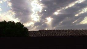 Solstrålar och moln på Windy Day arkivfilmer