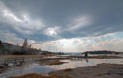 Solstrålar och ovannämnd ånga för solstrålar som stiger av den varma sjön i den lägre Geyserhandfatet i den Yellowstone nationalp Royaltyfria Foton