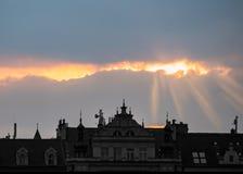 Solstrålar ovanför den gamla byggnaden Royaltyfri Foto