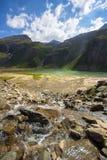 Solstrålar på berg sjön i höga Tauern royaltyfri foto