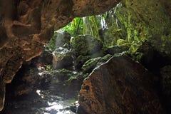 Solstrålar på den Pagat grottan Arkivfoto