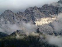 Solstrålar på den Zugspitze bergmassiven Arkivfoto