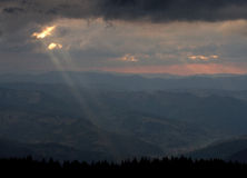 Solstrålar på en dramatisk himmel royaltyfri bild