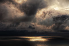 Solstrålar på havet Royaltyfria Bilder