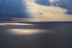 Solstrålar på solnedgången Fotografering för Bildbyråer