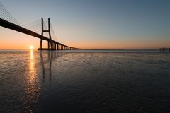 Solstrålar på Vasco de Gama Bridge i Lissabon Ponte Vasco de Gama, Lissabon, Portugal arkivfoton
