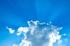 Solstrålar som bryter till och med ett stackmolnmoln royaltyfri bild