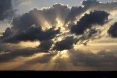 Solstrålar som bryter till och med moln Fotografering för Bildbyråer