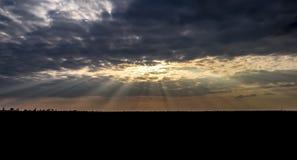 Solstrålar som bryter till och med stackmolnmoln Landskap Heavenly Royaltyfria Foton