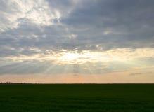 Solstrålar som bryter till och med stackmolnmoln Landskap Heavenly Arkivfoton