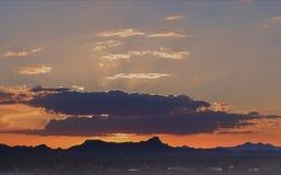 Solstrålar som filtrerar till och med molnen solnedg?ng tucson royaltyfria foton