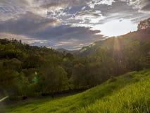 Solstrålar som projekterar över de Andean bergen arkivfoto