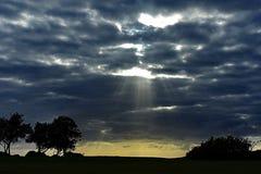 Solstrålar som skiner på horisonten royaltyfria foton