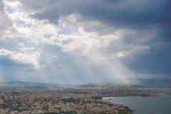 Solstrålar som skiner till och med de dramatiska molnen Royaltyfri Bild