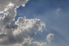 Solstrålar till och med ett moln Royaltyfri Foto
