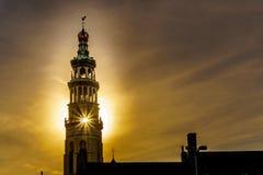 Solstrålar till och med Langen Jan Toren Long John Tower av den medeltida abbotskloster från solinställningen bak tornet i MIddel royaltyfria foton