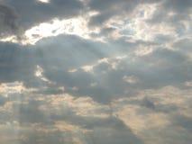 Solstrålar till och med molnen Royaltyfri Foto